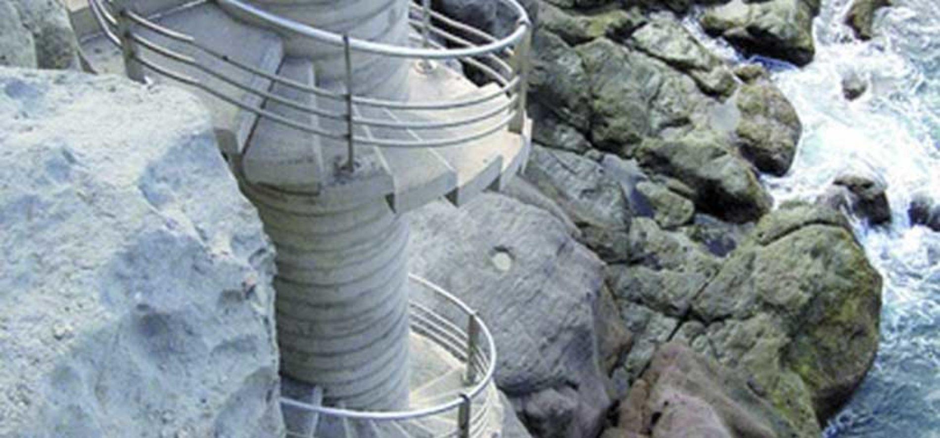 Våghalser bruker spiraltrapp ved Amadores som stupebrett